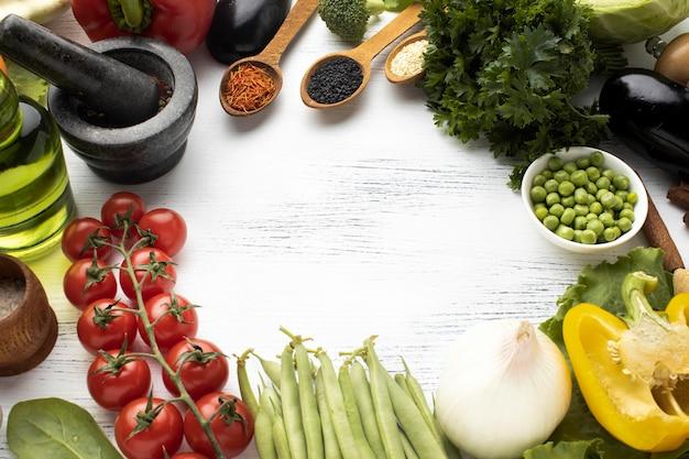 Cadre circulaire avec des légumes crus à plat