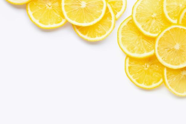 Cadre de citron frais avec des tranches sur blanc