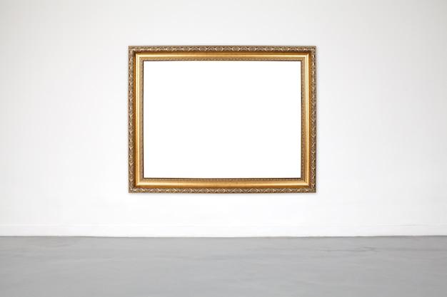Cadre classique sur le mur en ciment blanc dans la salle d'exposition et la galerie.