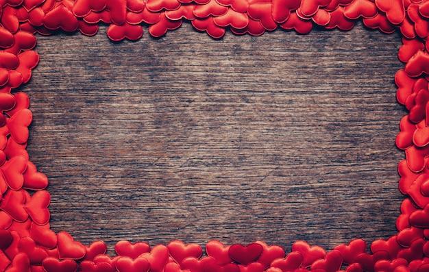 Cadre de coeur rouge sur fond en bois avec copyspace.