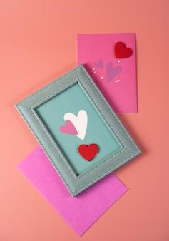 Cadre avec coeurs et enveloppes