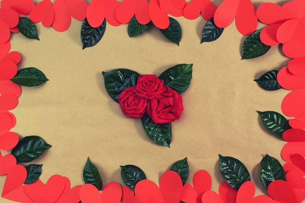Cadre de coeurs rouges verts feuilles fond pour concept de texte de la saint-valentin