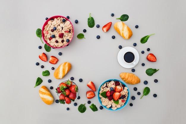 Cadre composé d'aliments frais pour le petit-déjeuner sur fond gris
