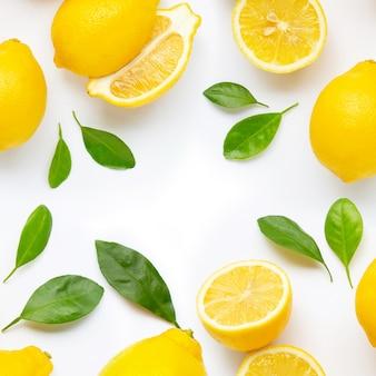 Cadre composé de citron frais et de tranches de feuilles isolés sur blanc