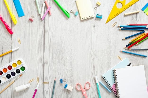 Cadre composé de fournitures scolaires, copie espace arrière-plan, vue de dessus. retour au concept d'école.