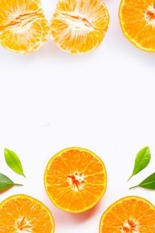Cadre composé d'oranges avec des feuilles vertes