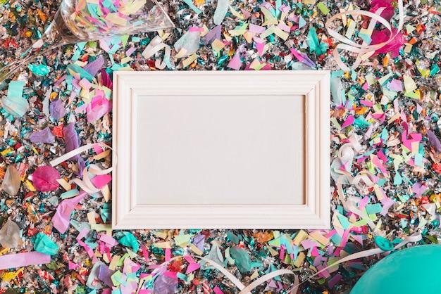 Cadre avec des confettis colorés