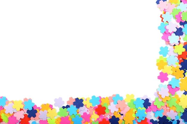 Cadre de confettis isolé sur blanc