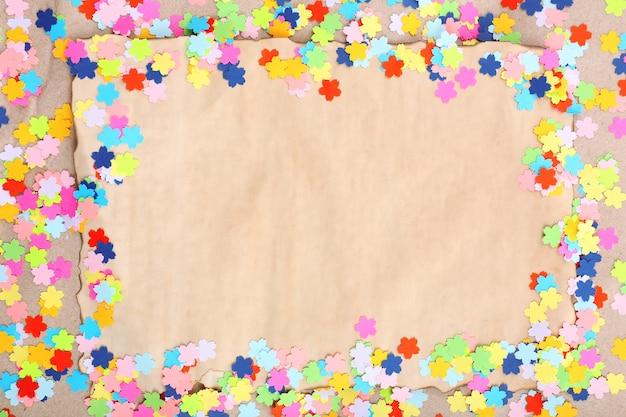 Cadre de confettis sur vieux papier