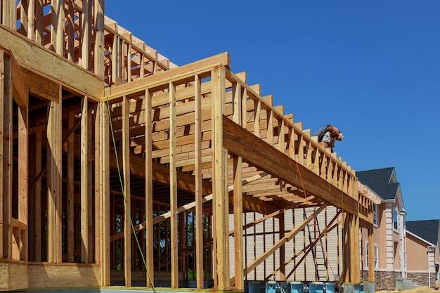 Cadre de construction en bois lors de la construction d'habitations multifamiliales