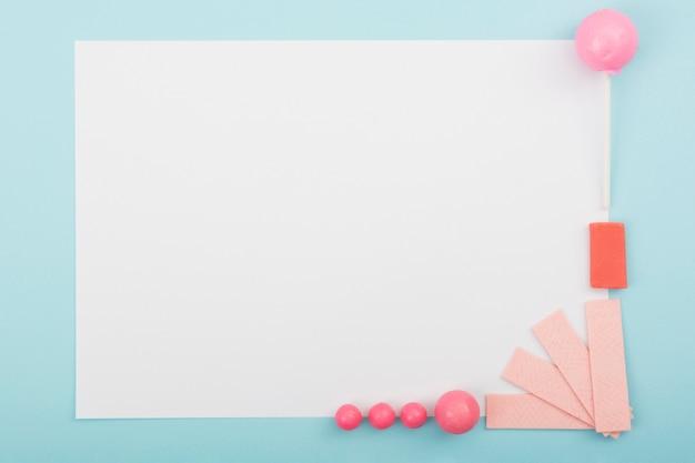 Cadre de copie avec des bonbons et de la gomme