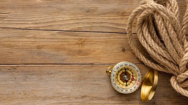 Cadre de corde et boussole vue de dessus
