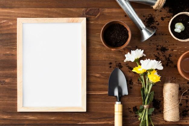 Cadre à côté des outils de jardinage