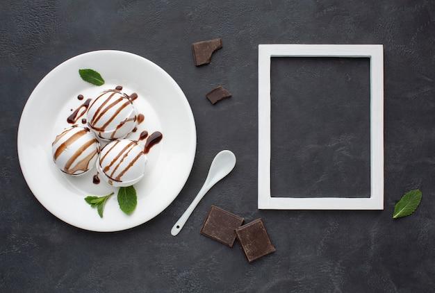 Cadre à côté de la plaque avec de la crème glacée aromatisée