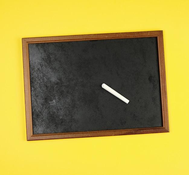 Cadre de craie noire et morceau de craie blanche