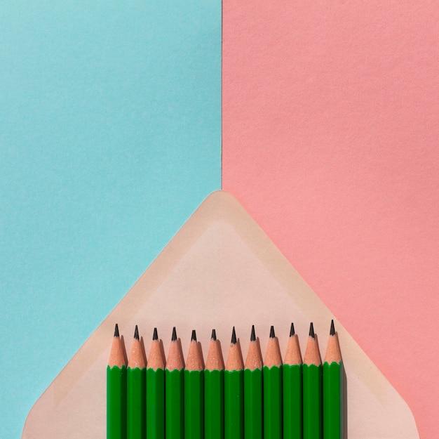 Cadre de crayons dans une enveloppe