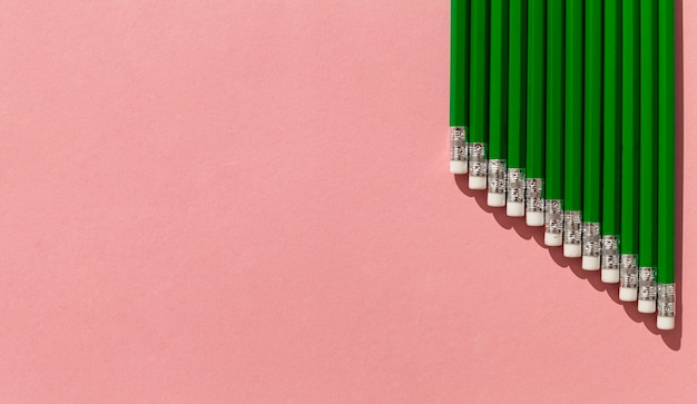Cadre de crayons verts avec copie-espace