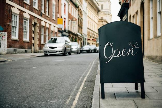 Cadre debout d'un signe ouvert pour les entreprises