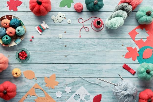 Cadre décoratif en faisceaux de laine, boules de fil, citrouilles décoratives en feutre