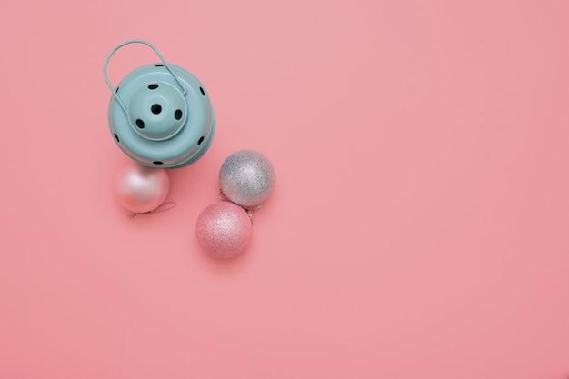 Cadre en décoration de noël blanche avec des boules de verre de noël