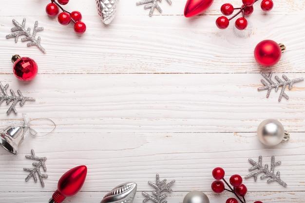 Cadre de décoration de noël rouge argenté sur fond en bois blanc