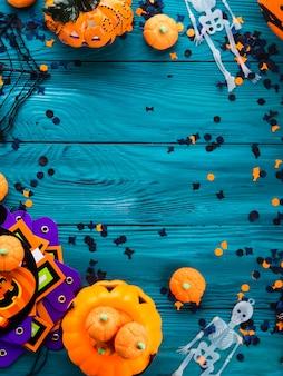 Cadre de décorations de fête d'halloween sur vert foncé