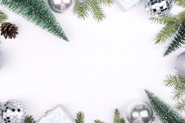 Cadre de décorations de noël sur un blanc
