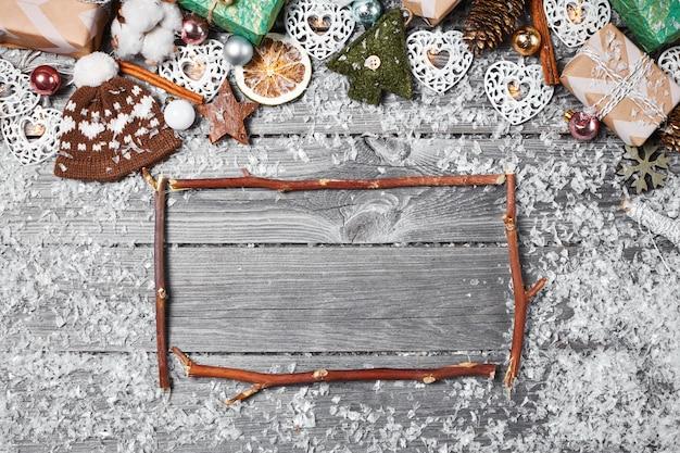 Cadre des décorations de noël sur une vieille table en bois. vacances noël fond
