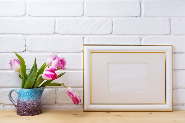 Cadre décoré d'or avec des tulipes magenta
