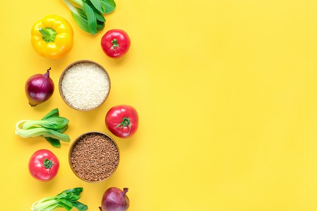 Cadre de différents aliments de santé sur tableau jaune