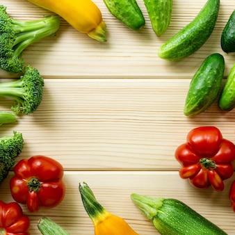 Cadre de divers légumes sur un fond en bois clair. espace pour le texte.