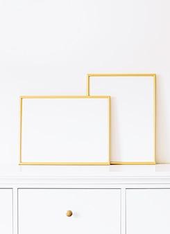 Cadre doré sur mobilier blanc décoration et design de luxe pour l'impression d'affiches de maquette et vitrine de boutique en ligne d'art imprimable