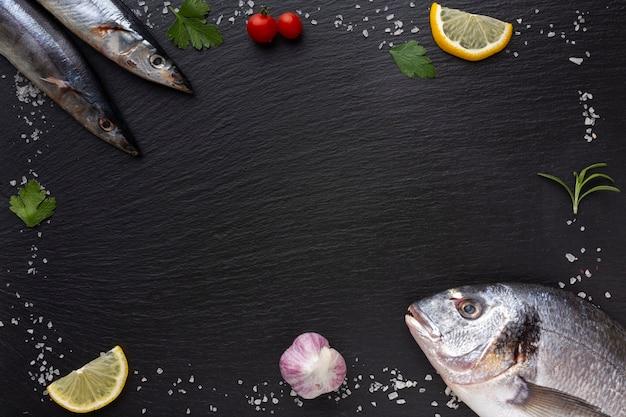 Cadre avec du poisson frais et des condiments