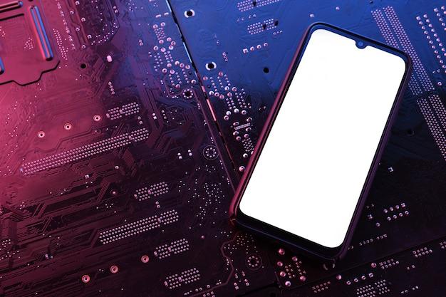 Cadre du smartphone sans écran vierge sur la carte mère de l'ordinateur