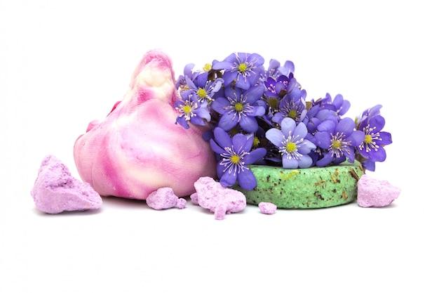 Cadre du spa: savon naturel, shampoing sec, bains moussants et fleurs