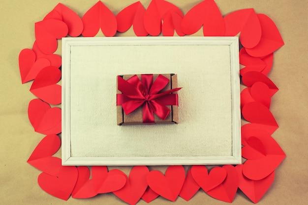 Cadre d'emballage de coeurs rouges avec un concept de cadeau de la saint-valentin