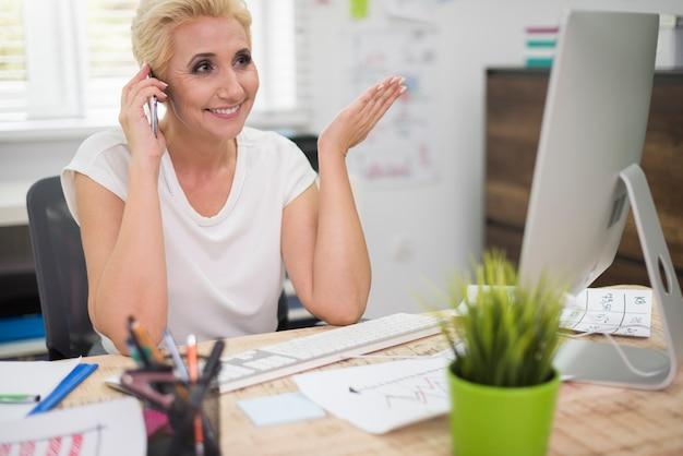 Cadre de l'entreprise parlant au téléphone