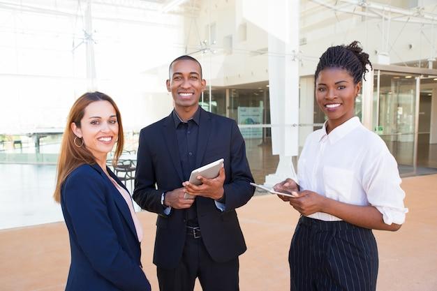 Cadre d'entreprise positive discutant de développement de projet