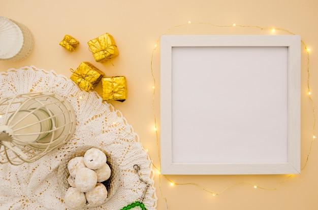 Cadre de l'espace de copie blanche vue de dessus à côté des pâtisseries arabes