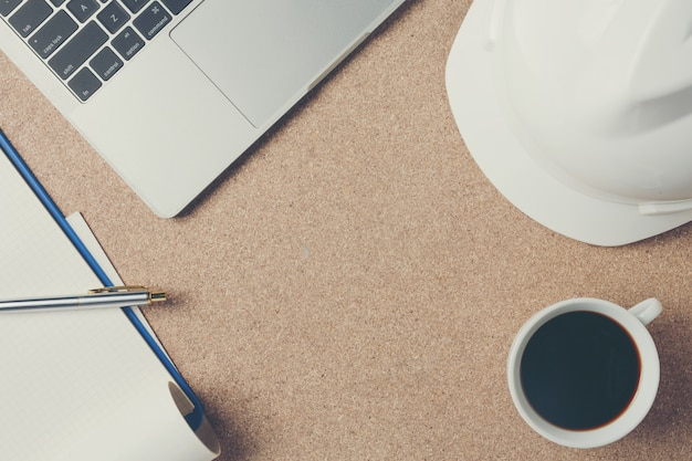 Cadre d'espace d'équipement de bureau placé sur un plancher de contreplaqué marron.