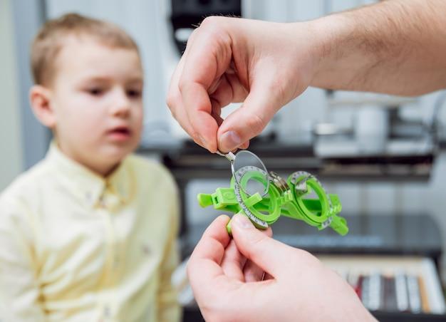 Cadre d'essai. prescription de lunettes pour un enfant. hypermétropie de l'enfant. myopie de l'enfant. myopie de l'enfant. myopie de l'enfant. correction de l'amétropie avec des lunettes.