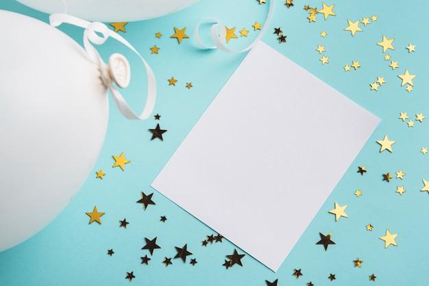 Cadre avec étoiles de confettis sur fond bleu