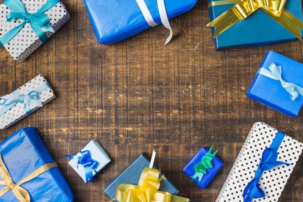 Cadre fabriqué avec des coffrets cadeaux emballés sur un bureau texturé