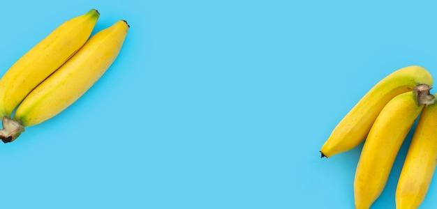 Cadre fait de banane sur fond bleu.