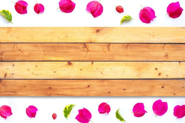 Cadre fait de belle fleur de bougainvillier rouge avec texture bois