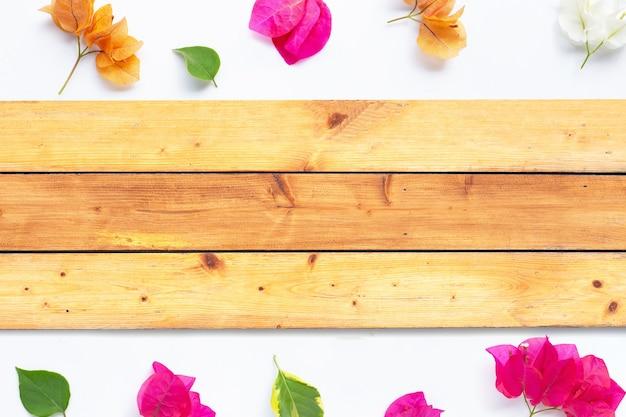 Cadre fait de belle fleur de bougainvilliers avec texture bois