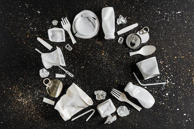 Cadre fait de collecte des déchets plastiques sur fond noir. concept de recyclage du plastique et de l'écologie. mise à plat, vue de dessus