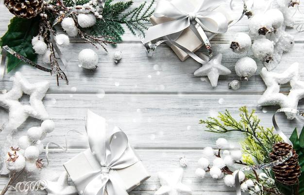 Cadre fait de décorations sur une surface en bois blanche