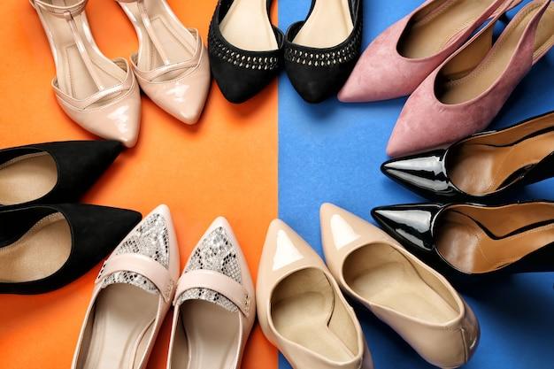 Cadre fait d'élégantes chaussures féminines sur la couleur