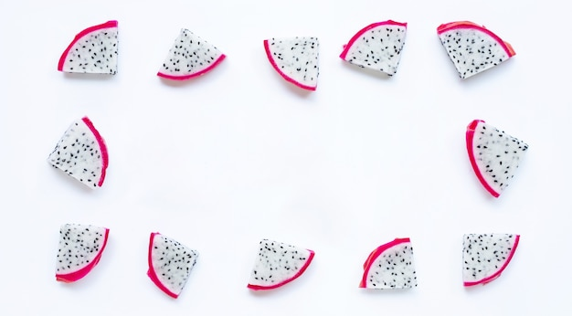 Cadre fait de fruits du ragon, tranches de pitaya isolés sur fond blanc.